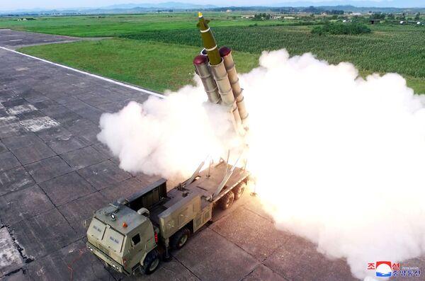 Запуск ракеты во время испытания многоразовой ракетной установки, КНДР - Sputnik Узбекистан