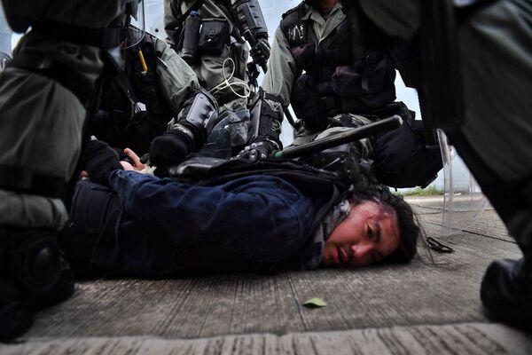 Полиция Гонконга задерживает протестующего - Sputnik Узбекистан