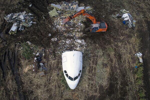Вывоз самолета Airbus A321 с места ЧП - Sputnik Узбекистан