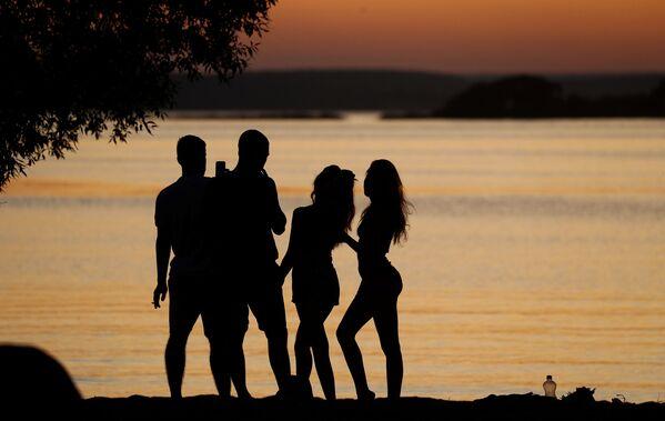 Люди у озера на фоне заката в Минске, Белоруссия - Sputnik Узбекистан