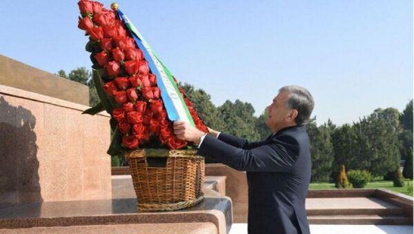 Шавкат Мирзиёев возложил цветы к Монументу независимости и гуманизма - Sputnik Узбекистан