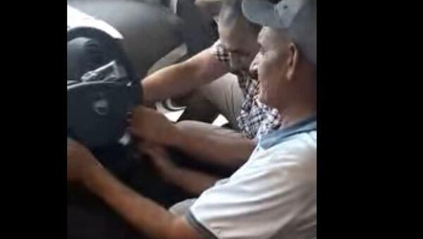 Buxarskiye mujchinы podarili svoyemu bыvshemu uchitelyu avtomobil - video - Sputnik Oʻzbekiston