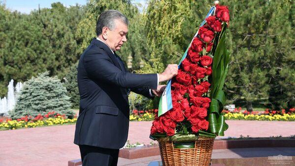 Возложены цветы к подножию памятника Исламу Каримову - Sputnik Ўзбекистон