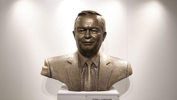Bronzovыy byust pervogo prezidenta Uzbekistana Islama Karimova - Sputnik Oʻzbekiston