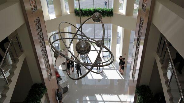 Люстра в форме атома в филиале НИЯУ МИФИ в Ташкенте - Sputnik Узбекистан
