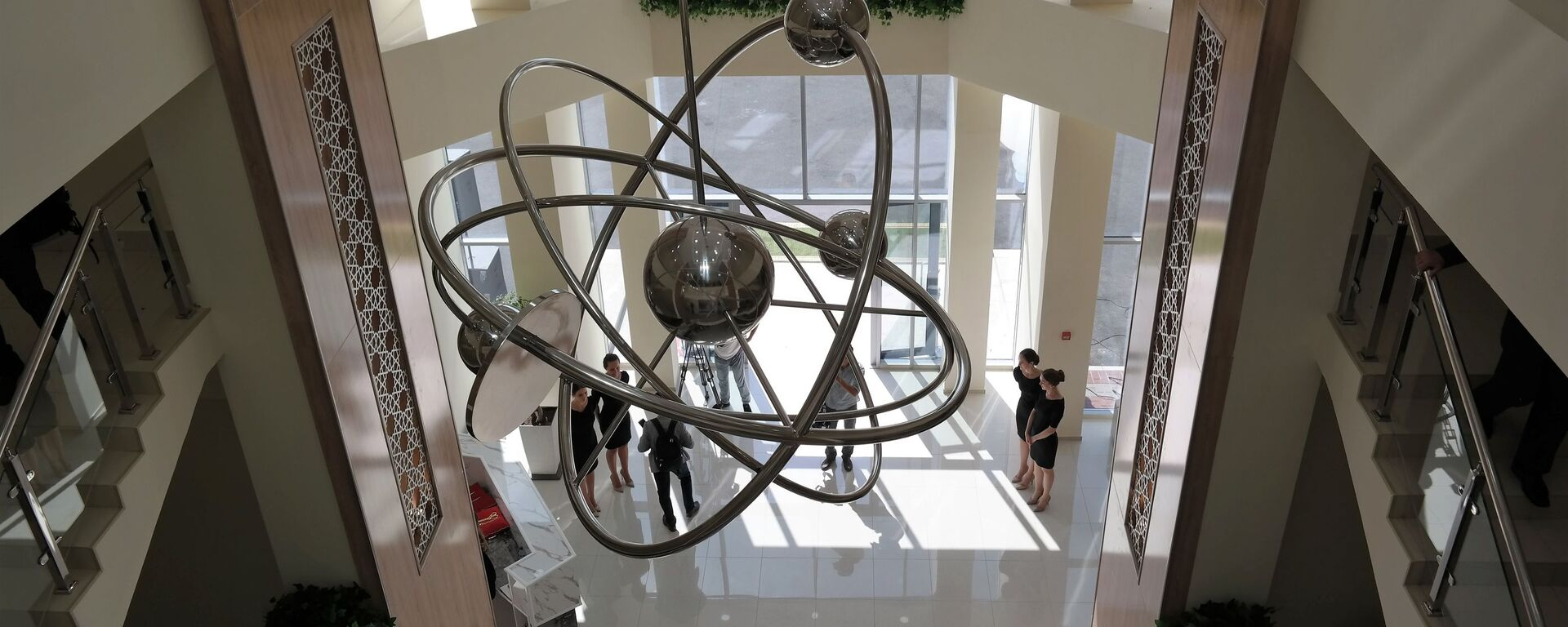 Люстра в форме атома в филиале НИЯУ МИФИ в Ташкенте - Sputnik Узбекистан, 1920, 01.04.2021