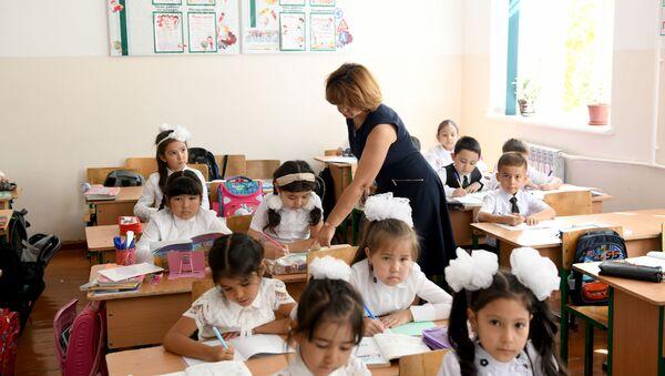 Нигина Ходжаева во время урока - Sputnik Ўзбекистон