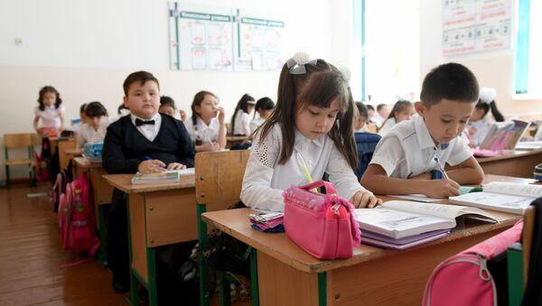 Дети во время урока - Sputnik Ўзбекистон