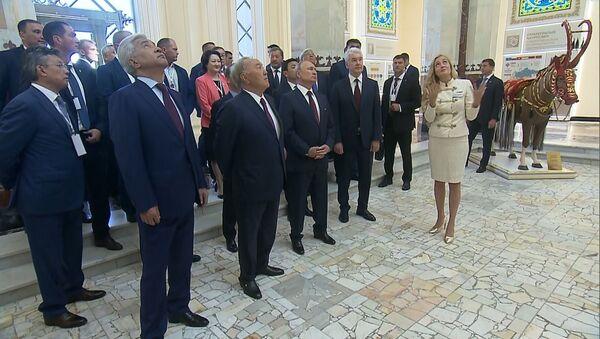 Путину и Назарбаеву преподнесли яблоки и показали павильон Казахстан - Sputnik Узбекистан