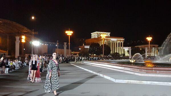 Девушки в узбекских национальных костюмах поучаствовали на Fashion Parade Moscow - Sputnik Узбекистан