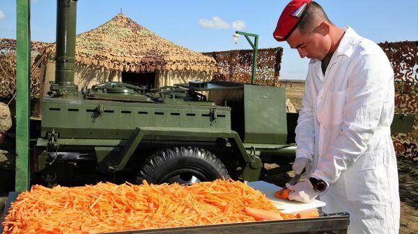 Узбекские военнослужащие приготовили плов на полигоне Донгуз в Оренбургской области - Sputnik Ўзбекистон