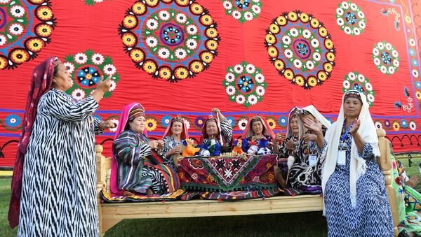 Пожилые женщины исполняют фольклорные песни.  - Sputnik Узбекистан