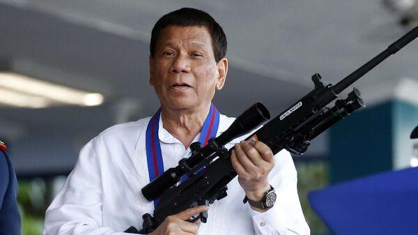 Президент Филиппин Родриго Дутерте с винтовкой Галиль - Sputnik Ўзбекистон