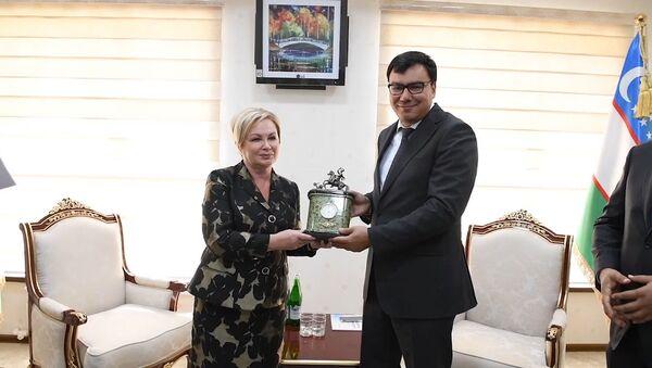 Ректор УГМУ Ольга Ковтун подарила узбекским коллегам памятные сувениры - Sputnik Узбекистан