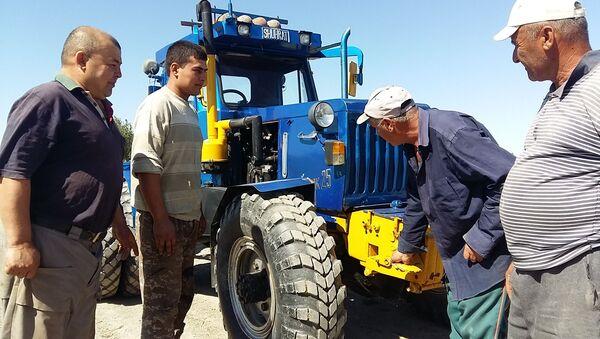 Сельские изобретатели обсуждают машину с местными фермерами - Sputnik Ўзбекистон