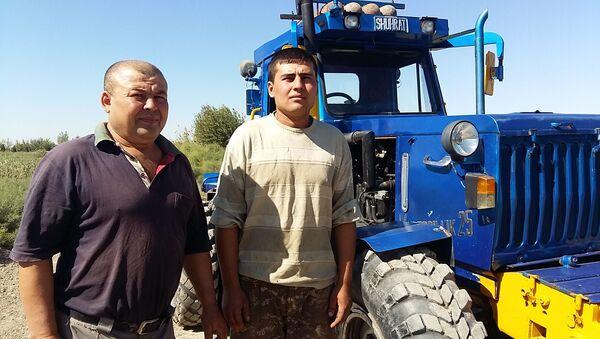 Шахоб Корёгдиев и Шухрат Сувонов у трактора собственного производства - Sputnik Узбекистан
