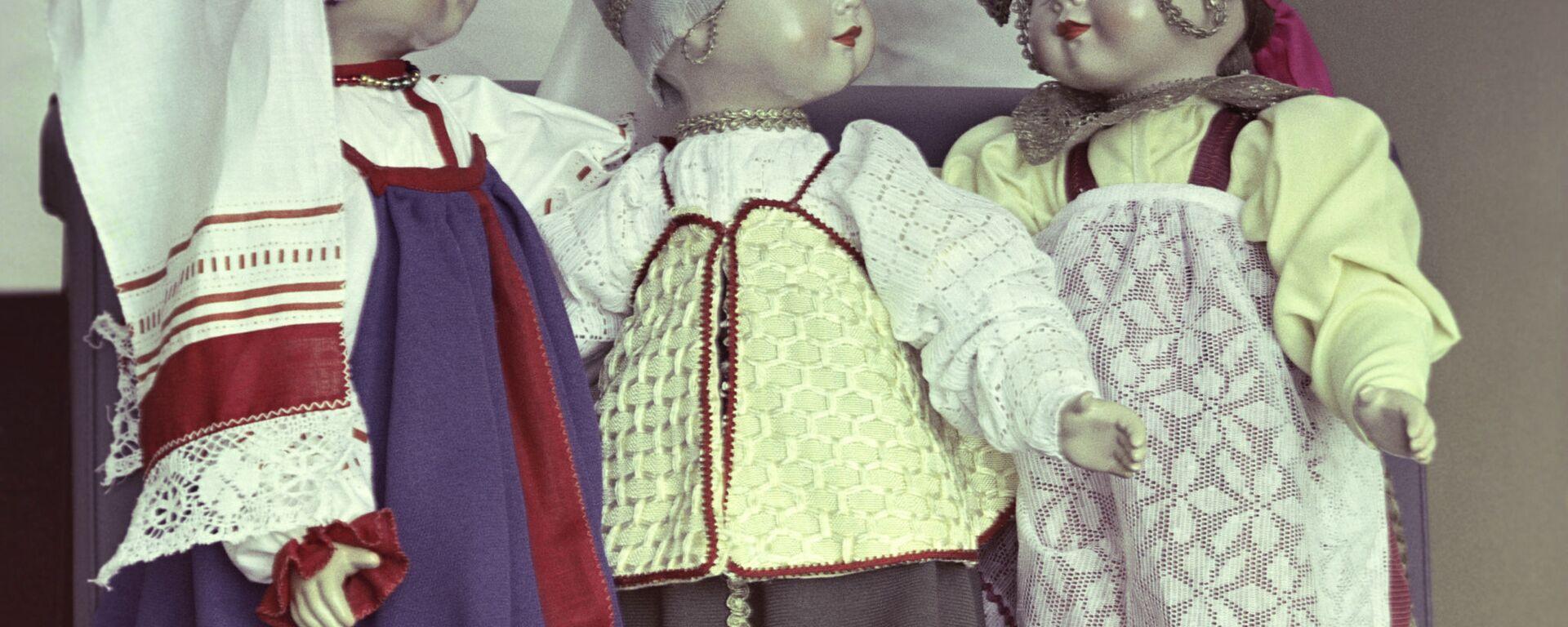 Куклы в национальных костюмах - Sputnik Узбекистан, 1920, 15.09.2021