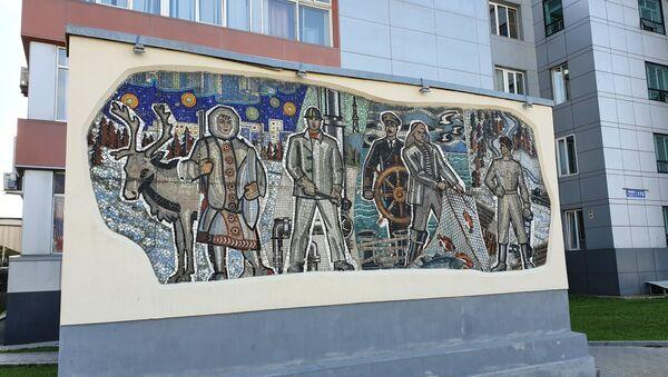 Мозаика у здания городской администрации дает представление о профессиях населения Сахалина - Sputnik Узбекистан