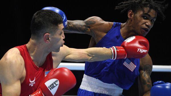 Слева направо: Бобоусмон Батуров (Узбекистан) и Деланте Джонсон (США) в поединке 1/8 финала по боксу в весовой категории 63-69 кг на ХХ чемпионате мира по боксу в Екатеринбурге. - Sputnik Узбекистан
