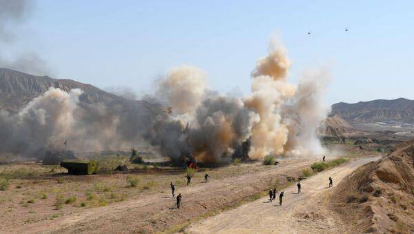 Вертолеты наносят удар с воздуха по позициям боевиков в рамках учений Центр-2019. - Sputnik Ўзбекистон