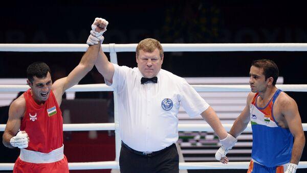 Sprava - Amit (Indiya), Shaxobid Zotrov (Uzbekistan) pobedivshiy v finale po boksu v vesovoy kategorii do 52 kg na XX chempionate mira po boksu v Yekaterinburge. - Sputnik Oʻzbekiston