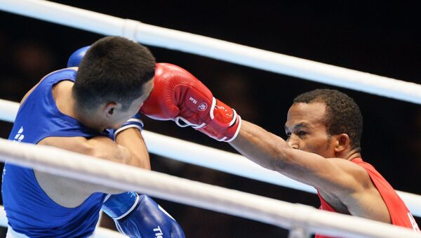 Справа налево: Лацаро Альварес (Куба) и Миразизбек Мирзахалилов (Узбекистан) в финале по боксу ЧМ-2019 - Sputnik Узбекистан