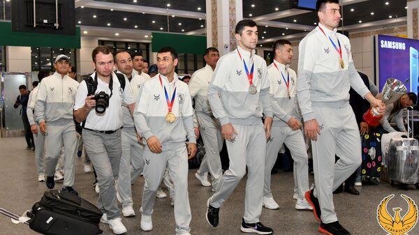 Встреча боксеров в Ташкетском аэропорту - Sputnik Узбекистан