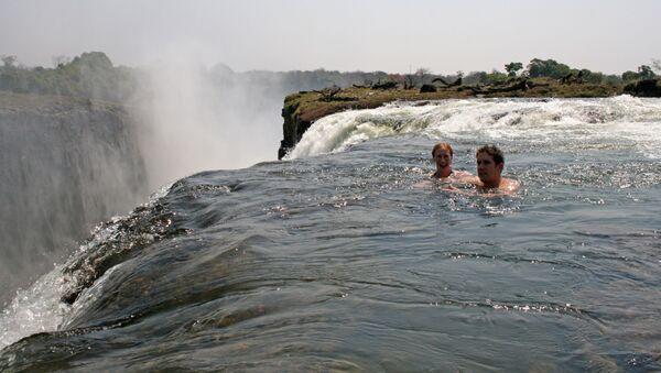 Плавание в Devil's Pool на стороне Замбии  - Sputnik Ўзбекистон