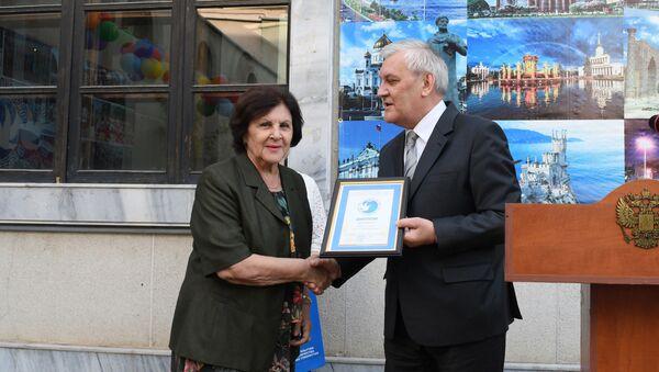 Виктор Шулика награждает учителей накануне их профессионального праздника - Sputnik Узбекистан