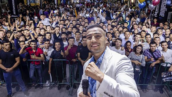 Шахрам Гиясов встретился с поклонниками на ташкентском Бродвее - Sputnik Узбекистан