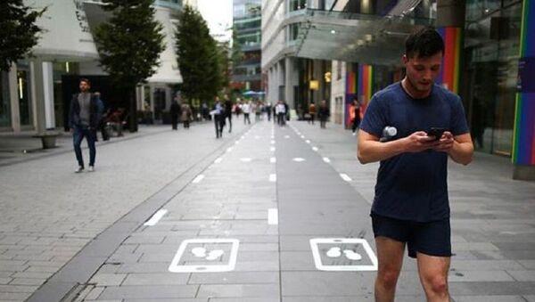 В Великобритании появились дорожки для людей, смотрящих в смартфоны - Sputnik Узбекистан
