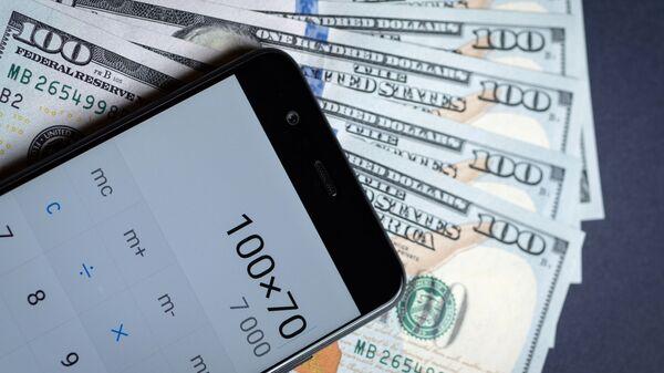 Калькулятор и купюры американских долларов - Sputnik Узбекистан
