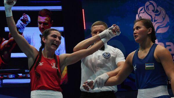 Слева направо: Кэррис Артингстолл (Англия), победившая в поединке 1/4 финала Ёдгорой Мирзаеву (Узбекистан)  - Sputnik Узбекистан