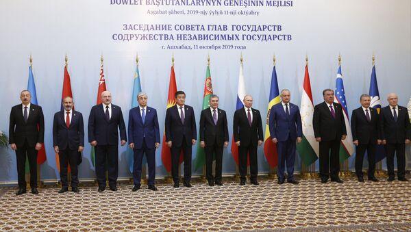 Prezident RF Vladimir Putin na tseremonii sovmestnogo fotografirovaniya Soveta glav gosudarstv Sodrujestva Nezavisimыx Gosudarstv (SNG). Sleva napravo: prezident Azerbaydjana Ilxam Aliyev, premyer-ministr Armenii Nikol Pashinyan, prezident Belorussii Aleksandr Lukashenko, prezident Kazaxstana Kasыm-Jomart Tokayev, prezident Kirgizii Sooronbay Jeenbekov, p.rezident, predsedatel kabineta ministrov Turkmenii Gurbangulы Berdыmuxamedov. Sprava nalevo: predsedatel Ispolnitelnogo komiteta - ispolnitelnыy sekretar Sodrujestva Nezavisimыx Gosudarstv (SNG) Sergey Lebedev, prezident Uzbekistana Shavkat Mirziyoyev, prezident Tadjikistana Emomali Raxmon i prezident Moldavii Igor Dodon. - Sputnik Oʻzbekiston