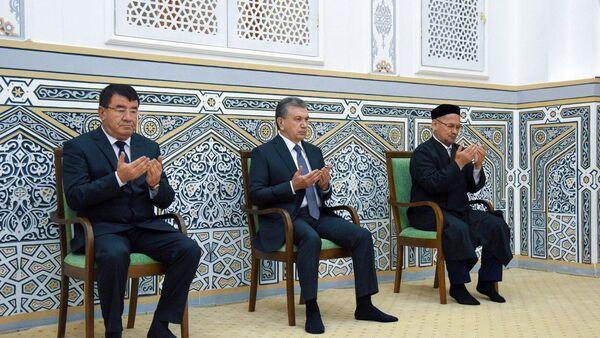 Shavkat Mirziyoyev posetil mavzoley Xakima Termizi - Sputnik Oʻzbekiston