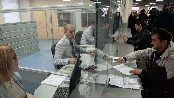 Выдача первых патентов в Едином миграционном центре Московской области - Sputnik Ўзбекистон