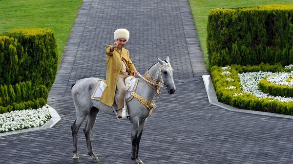 Президент Туркменистана Гурбангулы Бердымухамедов на ахалтекинском жеребце принимает участие в праздновании Дня лошади в Ашхабаде - Sputnik Ўзбекистон