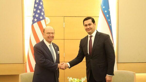 Министр инвестиций и внешней торговли Узбекистана Сардор Умурзаков встретился с министром торговли США Уилбиром Россом. - Sputnik Узбекистан