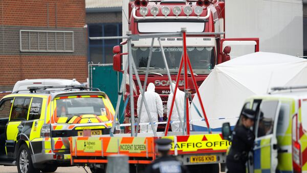 Полиция на месте обнаружения грузовика с телами в британском городе Грейс. 23 октября 2019 - Sputnik Ўзбекистон