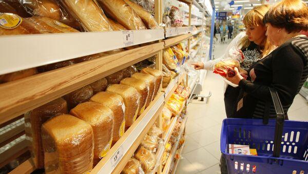 Prodaja xleba v supermarkete Perekrestok, kotorыy otkrыlsya v Yekaterinburge. - Sputnik Oʻzbekiston