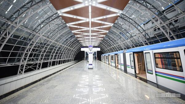 Шавкат Мирзиёев ознакомился с ходом строительства Сергелийской ветки столичного метрополитена. - Sputnik Узбекистан