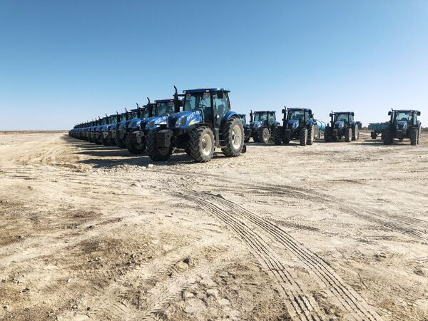 Голландия тракторлари, улар декабрда олиб келинган.  - Sputnik Ўзбекистон