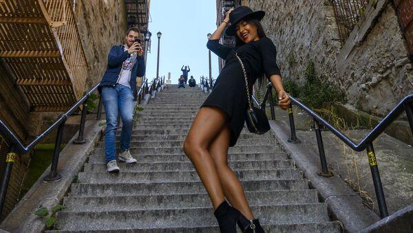 Женщина исполняет танец Джокера на ставшей знаменитой лестнице в Бронксе, Нью-Йорк - Sputnik Узбекистан
