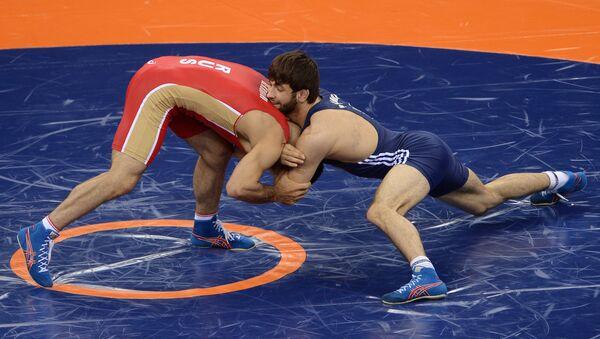 Ильяс Бекбулатов в поединке за бронзовую медаль на соревнованиях по вольной борьбе в весовой категории до 65кг на I Европейских играх в Баку. - Sputnik Узбекистан