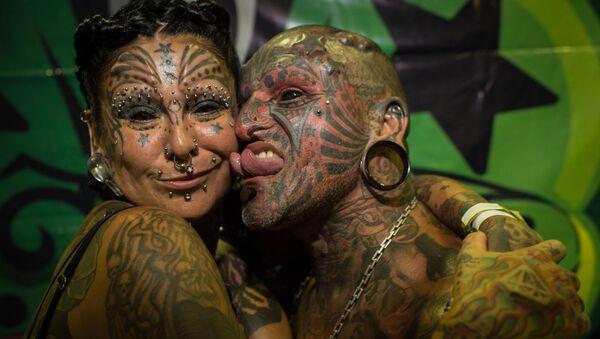 Уругвайский художник-татуировщик Виктор Хьюго Перальта и его жена, аргентинский художник-татуировщик Габриэла Перальта - Sputnik Ўзбекистон