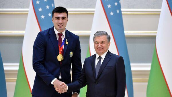 Baxodir Djalolov prinimayet pozdravleniya ot prezidenta Uzbekistana Shavkata Mirziyoyeva - Sputnik Oʻzbekiston