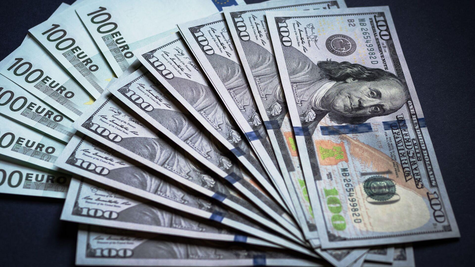 Денежные купюры: евро и доллары - Sputnik Ўзбекистон, 1920, 02.09.2021