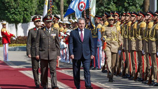 Министр обороны РФ Сергей Шойгу и министр обороны и военной промышленности Египта Мухаммад Заки (справа налево) во время встречи в Каире - Sputnik Узбекистан