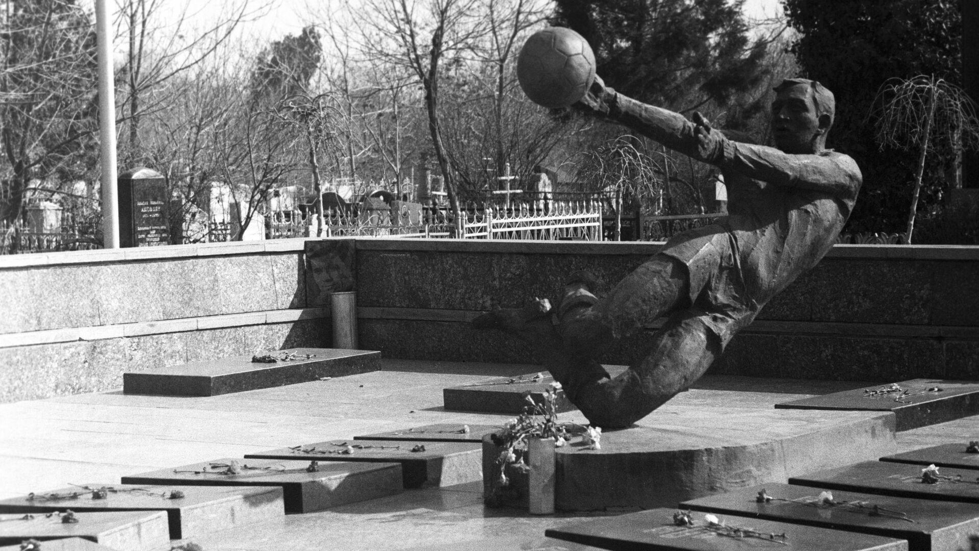 Памятник игрокам Пахтакора в Ташкенте - Sputnik Узбекистан, 1920, 11.08.2021