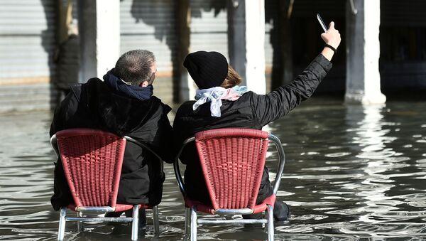 Туристы фотографируются на площади Сан-Марко во время наводнения в Венеции - Sputnik Ўзбекистон